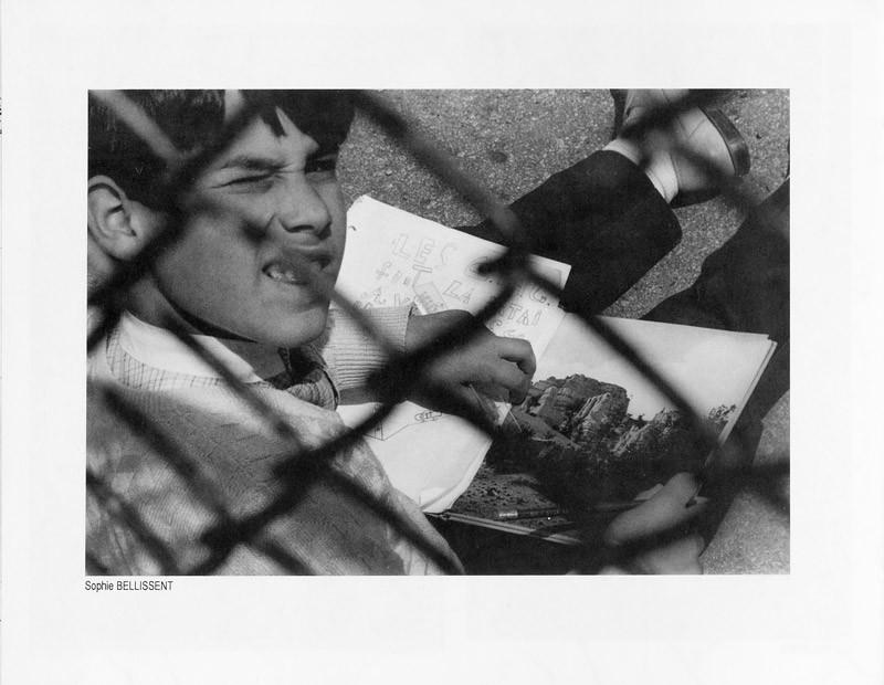 Photo: Sophie Bellissent, Des enfants et des grilles, Ciel variable 2, p.32. © Tous droits réservés