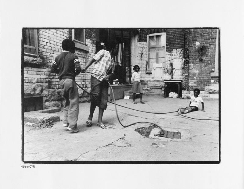 Photo: Hélène Cyr, Des enfants et des grilles, Ciel variable 2, p.34. © Tous droits réservés