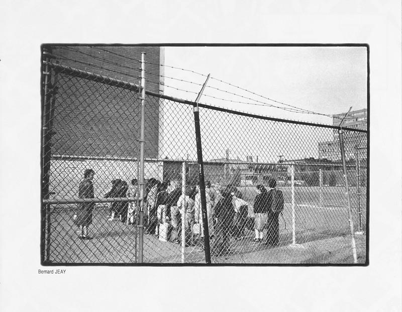 Photo: Bernard Jeay, Des enfants et des grilles, Ciel variable 2, p.35. © Tous droits réservés