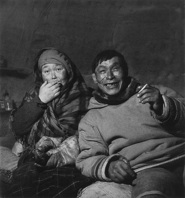 Bud Glunz, Elisapee et William Ningiuk, Inukjuak, Nunavik, 1946, collection Archives publiques du Canada (série Office national du film), PA-114850. © Bud Glunz/Archives publiques du Canada