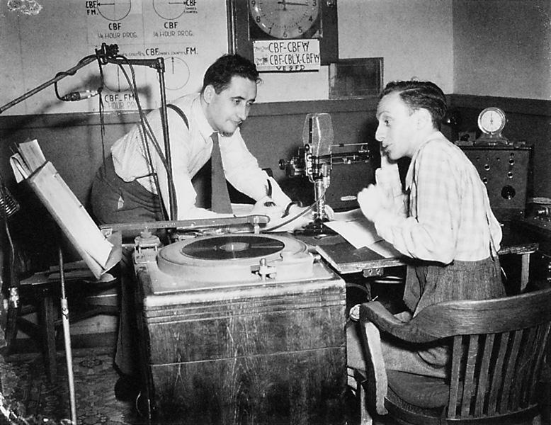 Roméo Gariépy, Raymond Laplante et Jean-Maurice Bailly, AU P'TIT BONHEUR: « (...) nos deux animateurs utilisent tout ce que leur envoient les auditeurs en fait d'historiettes, de mots drôles, de devinettes, de suggestions de toutes sortes, voire même d'économie domestique! On voit ici les deux compères au travail. Mais ils deviennent des gens sérieux à des programmes qui l'exigent. » RadioMonde, 14 juin 1947. ©Roméo Gariépy