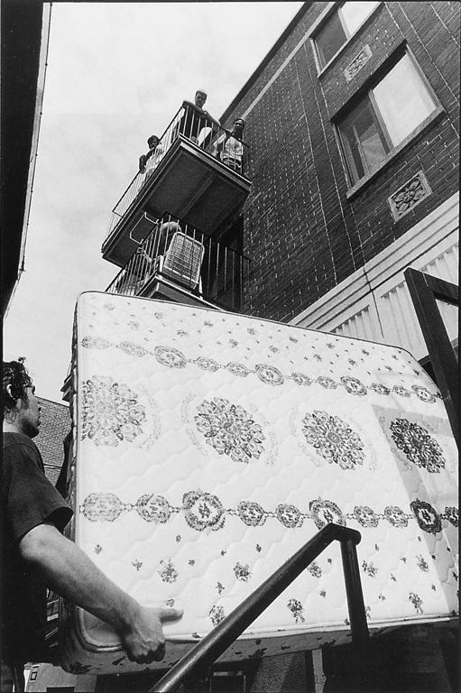 Horacio Paone, Arrivée de nouveaux habitants dans le quartier, rue Barclay, entre Lavoie et Légaré, juillet 1991. © Horacio Paone