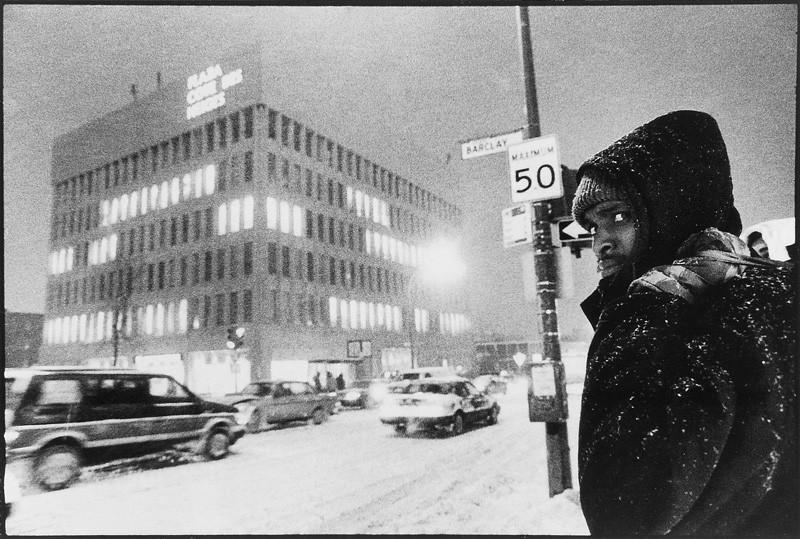 Horacio Paone, Coin Côte-des-Neiges et Barclay, l'intersection la plus populaire du quartier, en pleine tempête de neige, janvier 1991. © Horacio Paone