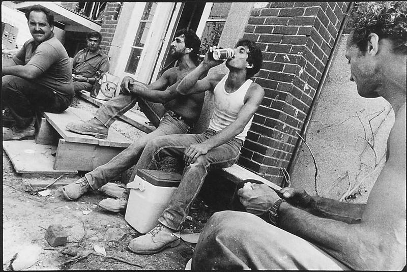 Horacio Paone, Pause-café des menuisiers autour d'une bâtisse en rénovation sur la rue Plamondon, été 1991. © Horacio Paone