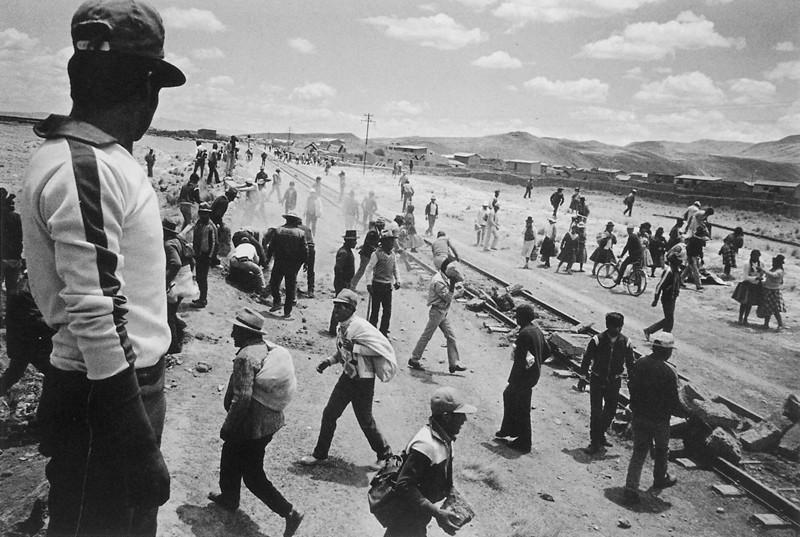 Melchor Lima (atelier Ayaviri), Bloqueando la linea del tren durante una huelga. ©TAFOS