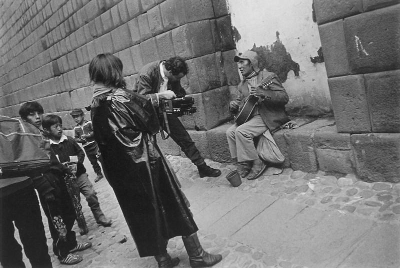 Willy Cardenas (atelier de Cusco), Filmandoa un mendigo. ©TAFOS