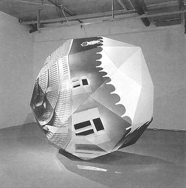 Alain Paiement, Vue d'un angle différent de l'installation Anatomique, 1988 (papier photographique, bois, métal, polyester, 245 x 270 cm). ©Alain Paiement