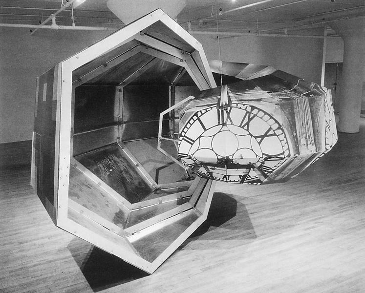 Alain Paiement, Dead on Time (work in progress) (deux vues de l'installation), 1990, papier photographique, aluminium, bois, 220 x 330 x 440 cm environ. ©Alain Paiement