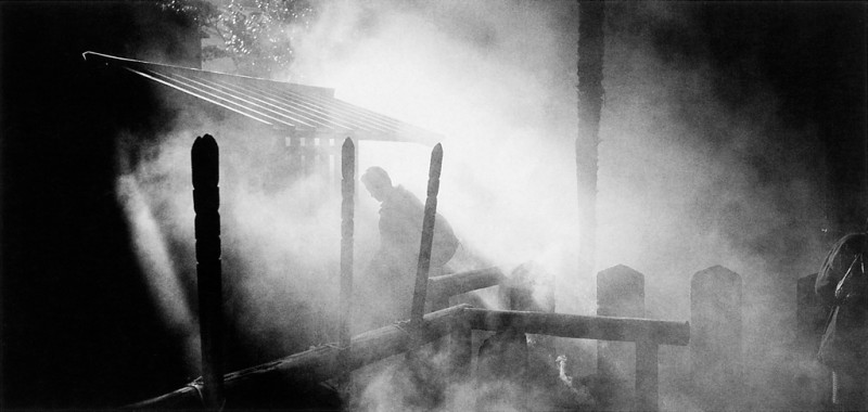 Ken Straiton, Au cimetière des 47 célèbres ronins (samurais sans maîtres), Temple Sengakuji, 1988. © Ken Straiton