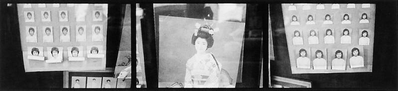 Ken Straiton, Vitrine d'un petit studio de photo, Oimachi, 1990. © Ken Straiton