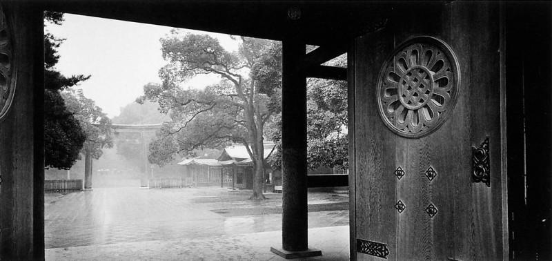 Ken Straiton, Porte principale du sanctuaire Shinto de Meijî, 1988. © Ken Straiton