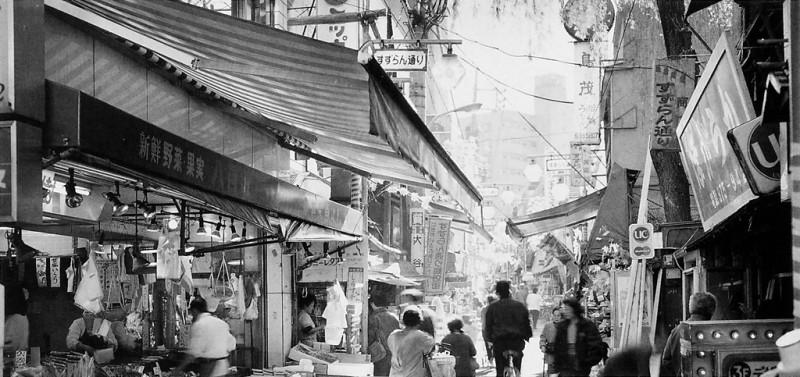 Ken Straiton, Rue commerçante, Kuhonbutsu, 1988. © Ken Straiton