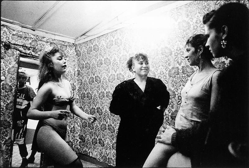 Frances Robson, Sans titres (de la série Danseurs du district de Sulukule, Istamboul, Turquie), épreuves argentiques, 11x14 po. © Frances Robson
