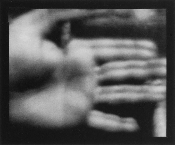 Michel Lamothe, Main, 1989, épreuve argentique reproduite par contact. ©Michel Lamothe