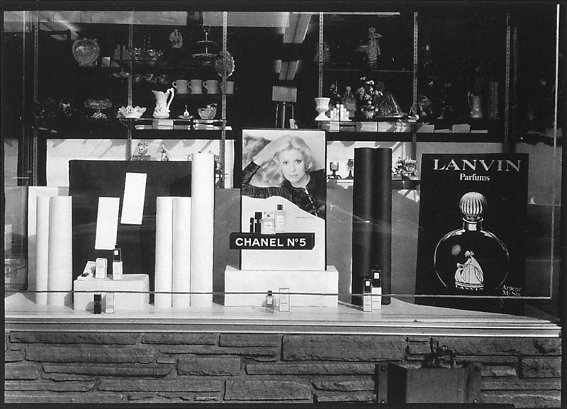 Clara Gutsche, Latella Pharmacie Farmacia, 6807, boul. Saint-Laurent, Montréal, Québec, 1976, épreuve argentique. ©Clara Gutsche/SODRAC (2010)