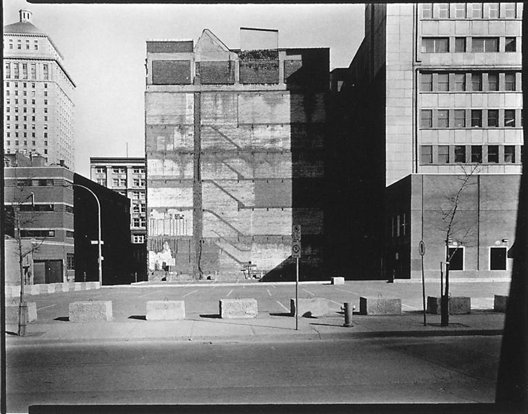 David Miller, Parc de stationnement, à l'angle des rues Hermine et Saint-Alexandre, Montréal (de la série Chantiers de construction et parcs de stationnement), 1981, épreuve argentique. ©David Miller