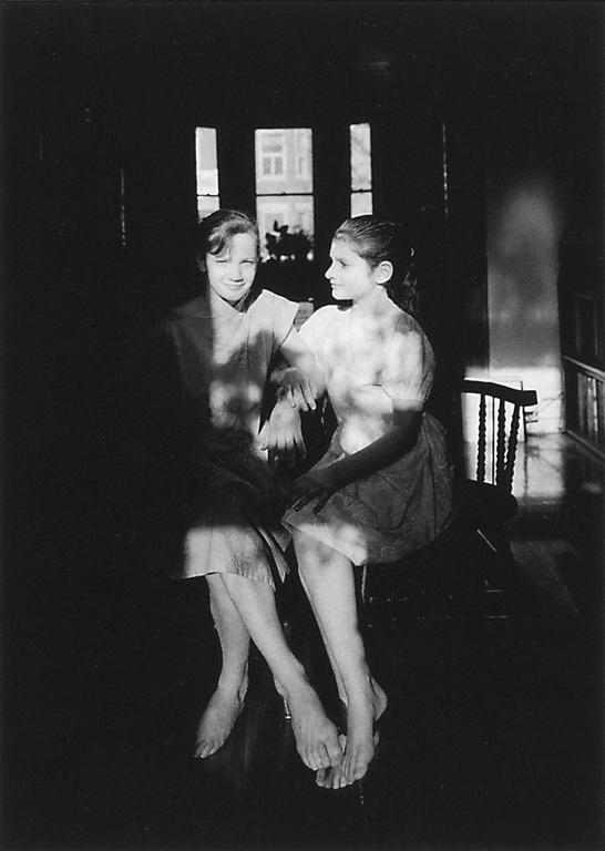 Clara Gutsche, Sarah et Noémi, 1988, épreuve argentique par contact. ©Clara Gutsche/SODRAC (2010)