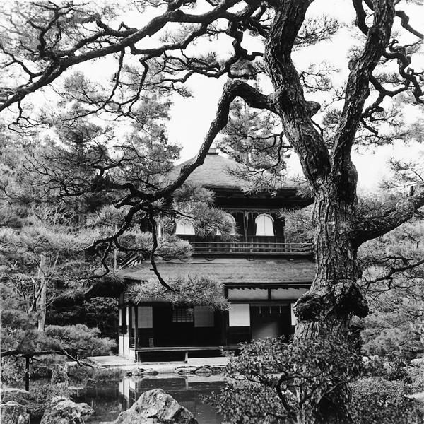 Franck Michel, Ginkaku-ji (le pavillon du Temple d'argent), époque Muranochi, v. 1480, Kyoto, décembre 1994. ©Franck Michel