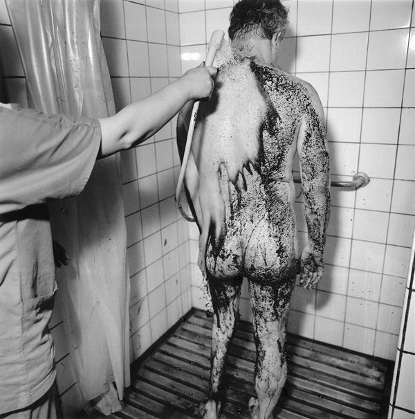 Ruth Kaplan, Shower, Poland, 1994. ©Ruth Kaplan