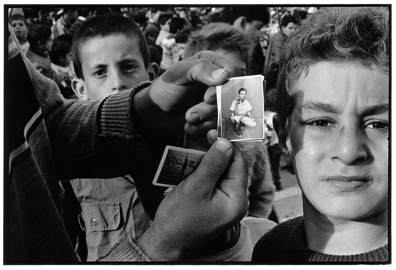 Ethan Eisenberg, Picture of suicide bomber, fundamentalist rally, Gaza, épreuve argentique, 28 x 35.5 cm, 1995. © Ethan Eisenberg