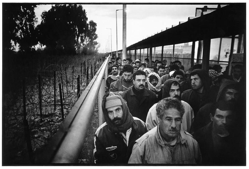 Ethan Eisenberg, Palestinian workers crossingin to Israel, Erez check point, Gaza, épreuve argentique, 28 x 35.5 cm, 1995. © Ethan Eisenberg