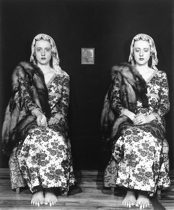 Janieta Eyre, Twin Manicurists (élément de la série Incarnations), épreuve argentique, 35.5 x 28 cm, 1996. © Janieta Eyre