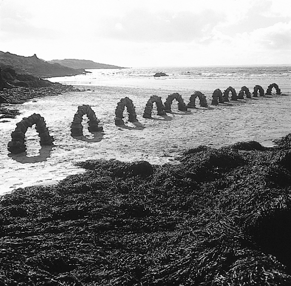 Andy Goldsworthy, Eleven Arches / made between tides / followed the sea out / working quickly / waited for its return / sun, wind, clouds, rain, October 17, 1995 © Andy Goldsworthy, permission de la Galerie Lelong, New York