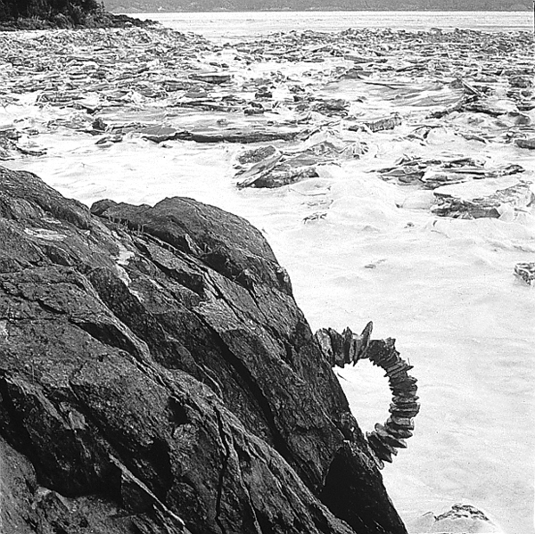 Andy Goldsworthy, Frozen arch / made over two days / several collapses / one near completion/..., December 1995, © Andy Goldsworthy, permission de la Galerie Lelong, New York
