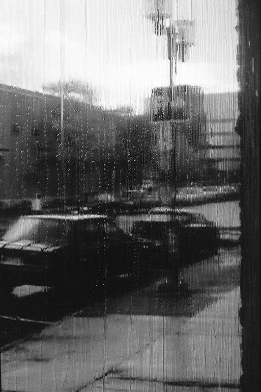 Carl Bouchard, Un jour mon prince viendra, pellicule écran en vinyle perforé. Prise de vue : Paul Cimon, épreuve en couleur, 1998, 8' x 8'. ©Carl Bouchard