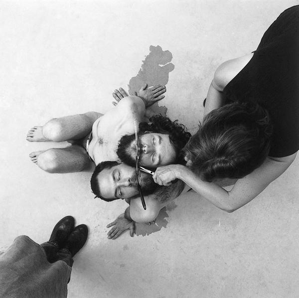Carl Bouchard, Tellement différente/ Dramatically different, réalisé par Martin Dufrasne et Carl Bouchard. Artiste témoin : Guy Blackburn. Artiste soignante : Claudine Cotton. Prise de vue : Paul Cimon, tryptique, 34 x 34 cm, épreuve couleur, 1998. ©Carl Bouchard
