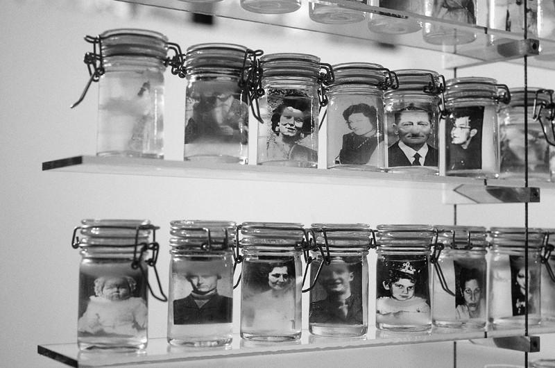 Emmanuel Galland, Pharmacie (détail), 1995, environ 500 bocaux, verre, eau, gel, acétates, aluminium, cables métalliques, plaque d'acier. Format : 7,5 cm x 200 cm x 200 cm. Chaque bocal : 8,5 cm de hauteur. Collaboration technique : Samuel Lambert, Crédit photo : Caroline Hayeur. ©Emmanuel Galland