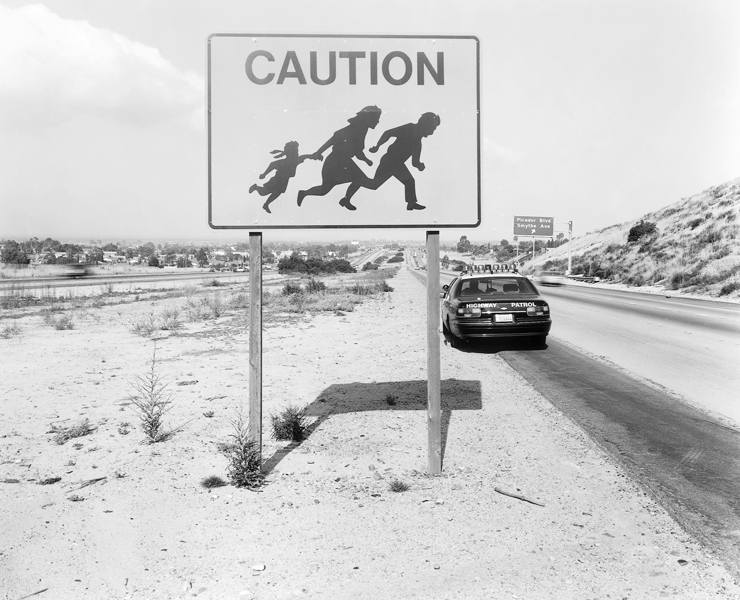 Geoffrey James, Roadsignon Highway 905, two miles north of the border, 1997, épreuve argentique, tirée de Running Fence. © Geoffrey James