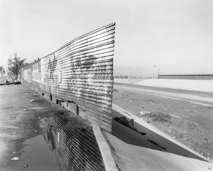 Geoffrey James, El Bordo : where the fence stop sat the Tijuana River, Mexican side, 1997, épreuve argentique, tirée de Running Fence. © Geoffrey James