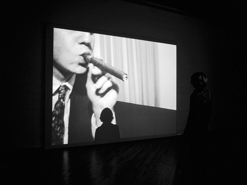 Annika Larsson, Cigar, 1999, DVD, 7 min 13 s, avec l'aimable permission de la galerie Andréhn-Schiptjenko, Stockholm. Photo : John Londono. ©Annika Larsson