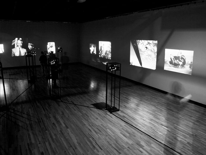 Alfredo Jaar, commissaire, Inferno et Paradiso (vue partielle), exposition produite par le BildMuseet et le Riksutställningar (Swedish Travelling Exhibitions), Suède, 1999. ©Alfredo Jaar
