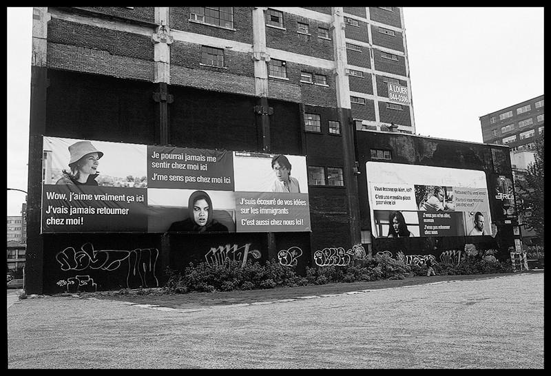 Ken Lum, There is no place like home, 2000, bannière installée sur un édifice, à l'angle de la rue Bleury et du boulevard de Maisonneuve, Montréal avec l'aimable permission du Museum in Progress, Vienne. ©Ken Lum
