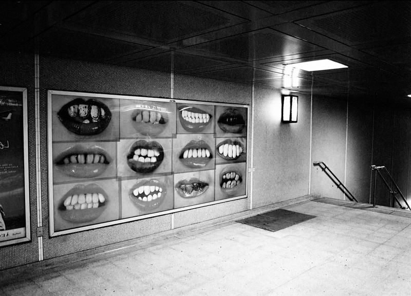 Natacha Lesueur, Sans titre, 2001, Panneau d'affichage, station de métro Berri-UQAM, Montréal, avec l'aimable permission de la galerie Praz-Delavallade, Paris. ©Natacha Lesueur