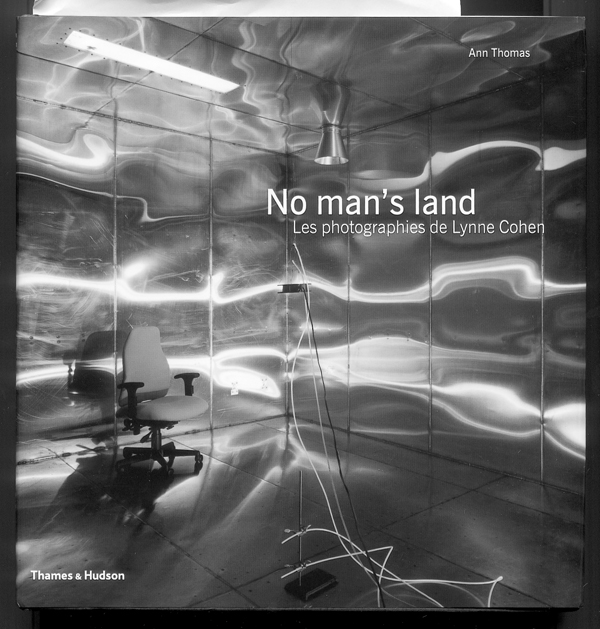No man's land, Les photographies de Lynne Cohen, Texte de Ann Thomas, entretien avec Lynne Cohen, Éditions Thames & Hudson, Paris, 2001, 160 p. (120 photos)