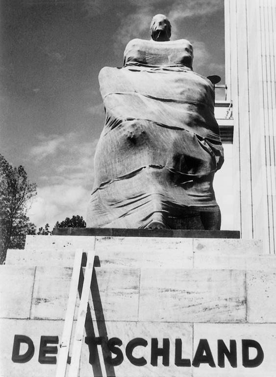 Herbert List, L'Allemagne est en marche, Exposition universelle, Paris, 1937 épreuve argentique. ©Max Scheler, Herbert List – Nachlass, Hamburg/ Fotomuseum im Münchner Stadt- museum, Herbert List Archiv