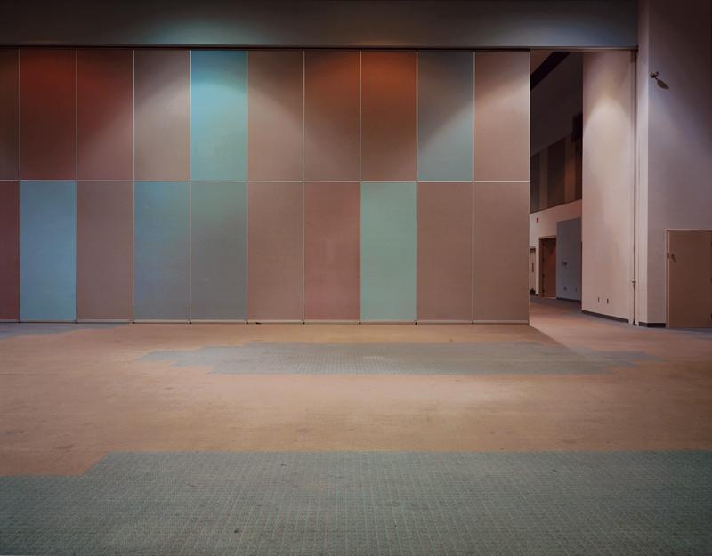 Lynne Cohen, Salle / Hall, épreuve couleur, 1999, 111 x 131.5 cm, collection Musée des beaux-arts du Canada. ©Lynne Cohen