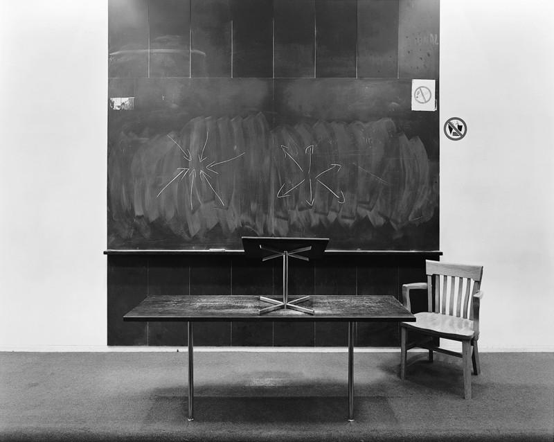 Lynne Cohen, Salle de cours / Classroom, vers 1985, épreuve argentique, 127 x 132 cm, courtoisie P.P.O.W. Gallery, New York. ©Lynne Cohen