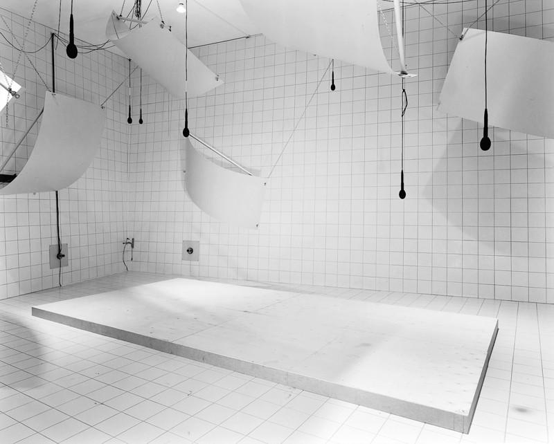 Lynne Cohen, Laboratoire / Laboratory,1999, épreuve argentique, 113 x 138.7 cm, courtoisie Galerie Rodolphe Janssen, Bruxelles. ©Lynne Cohen