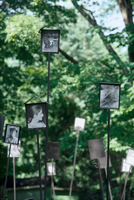 Patrick Altman, Sans titre (détail), 80 photographies sur tiges métalliques, 2.5 m de hauteur, installation in situ, Maison Hamel-Bruneau, Québec, 1996. © Patrick Altman
