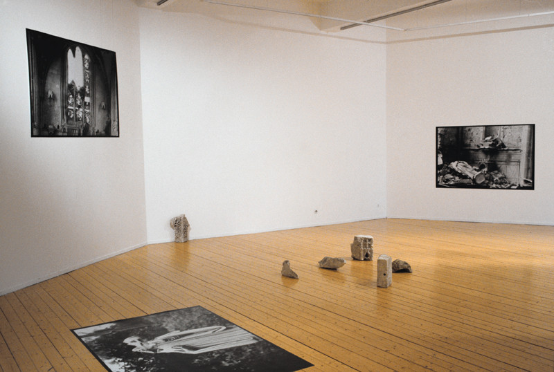 Patrick Altman, Sans titre (ensemble), 3 photographies (1.2 x 1.7 m) et fragments d'architecture, Centre d'art contemporain de Basse-Normandie, Hérouville Saint-Clair, 1998. © Patrick Altman