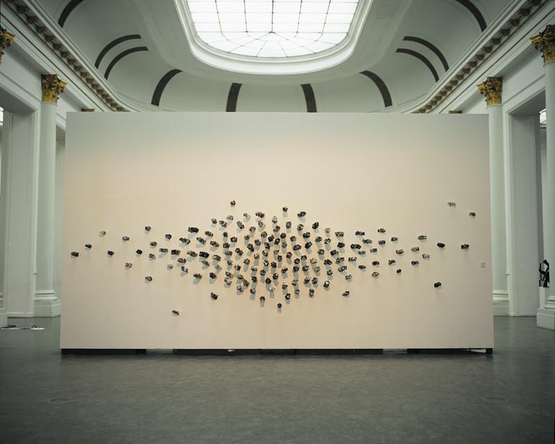 Patrick Altman, Les Tableaux (ensemble), 1200 photographies (5 x 7 cm chaque) et tiges de bois, Musée des arts moderne et contemporain de Liège, 2001-2002. © Patrick Altman