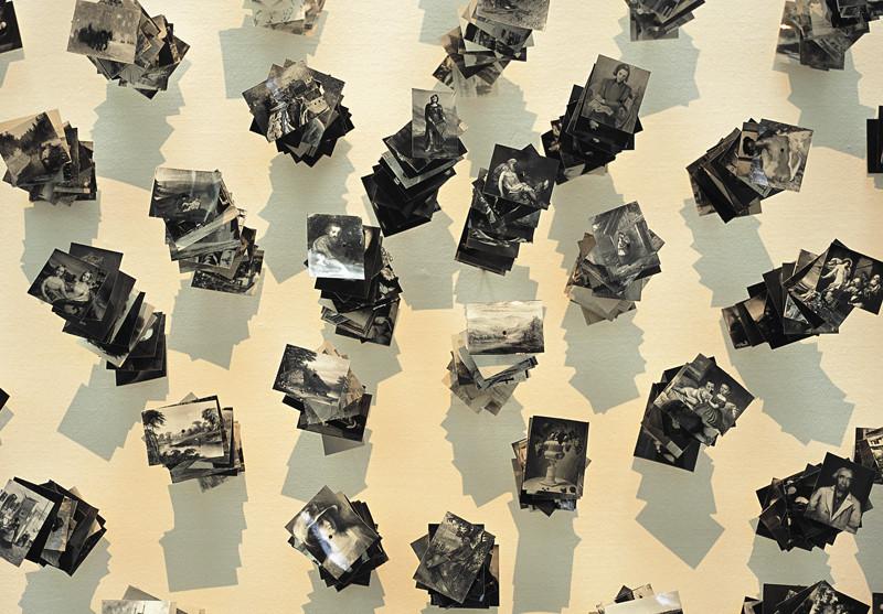 Patrick Altman, Les Tableaux (détail), 1200 photographies (5 x 7 cm chaque) et tiges de bois, Musée des arts moderne et contemporain de Liège, 2001-2002. © Patrick Altman