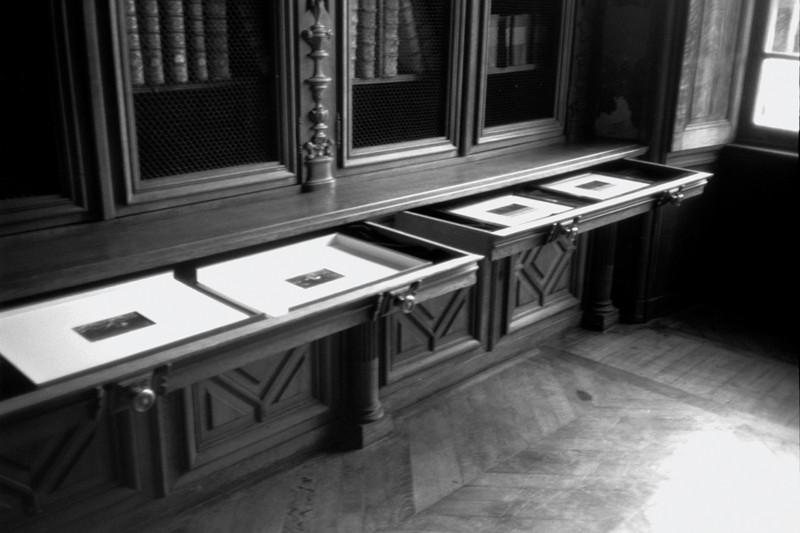 Angela Grauerholz, Secrets, A Gothic Tale, fonds photographique in situ, ca. 80 épreuves argentiques dans 6 portfolios et 4 classeurs ; 6 photos encadrées et un livre, Domaine de Kerguéhennec, Bretagne, 1993. ©Angela Grauerholz