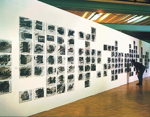 Melvin Charney, UN DICTIONNAIRE...Illuminations (vue partielle), 200 planches, acrylique sur épreuve argentique, 27,8 x 35,5 ou 28 x 35 cm ch., 1970-1996. Présentée à la Fondation pour l'architecture, Bruxelles, septembre-novembre 1997. ©Melvin Charney