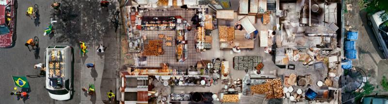 Alain Paiement, Parages / Pane mundial, 2002, impression à jet d'encre archive sur polypropylène, 274 x 1016 cm. © Alain Paiement