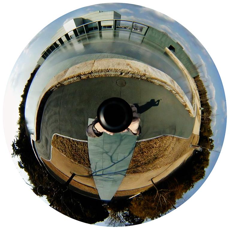 Luc Courchesne, 01 / 02 / 11 1 – Toyota City, 2000-2001, de la série Journal panoscopique, photographies numériques, 25 cm de diameter. © Luc Courchesne